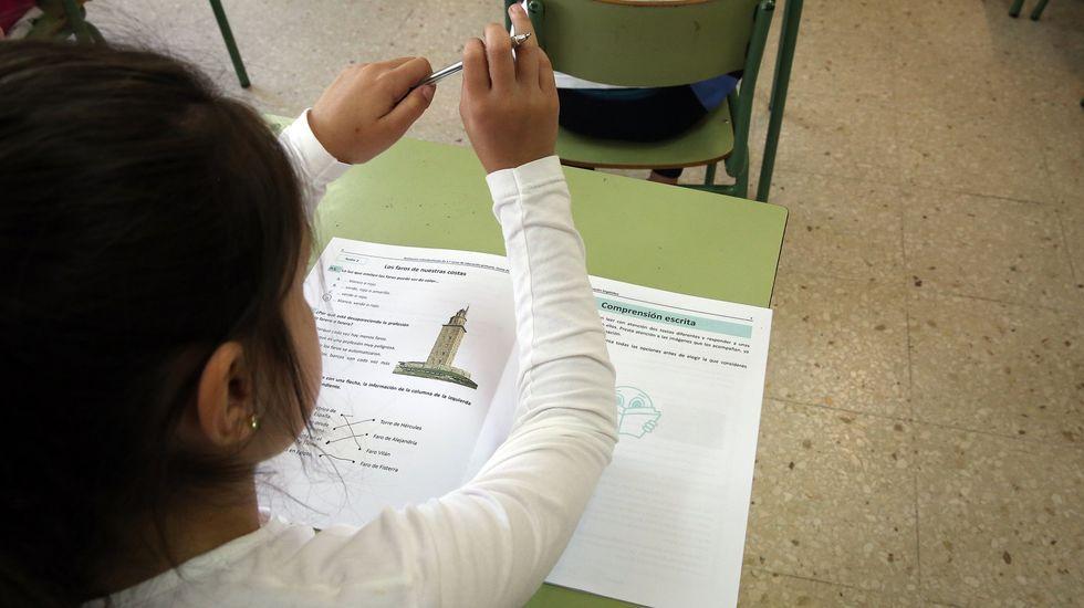 Una alumna de tercero de primaria realiza la prueba diagnóstica