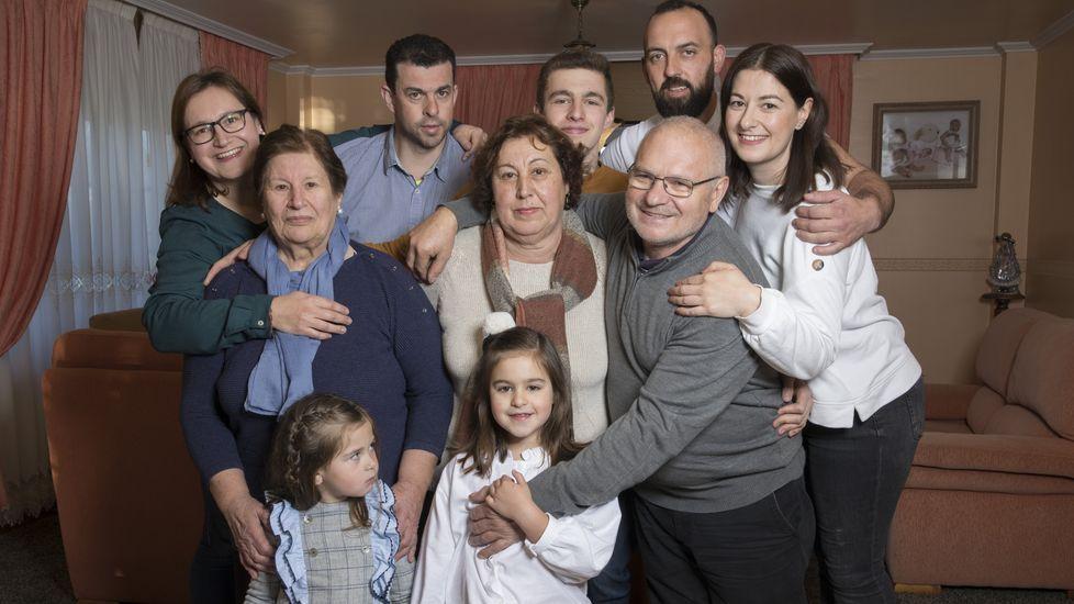 Famiia de cuatro generaciones en Loroño (Zas) que vive en la misma casa