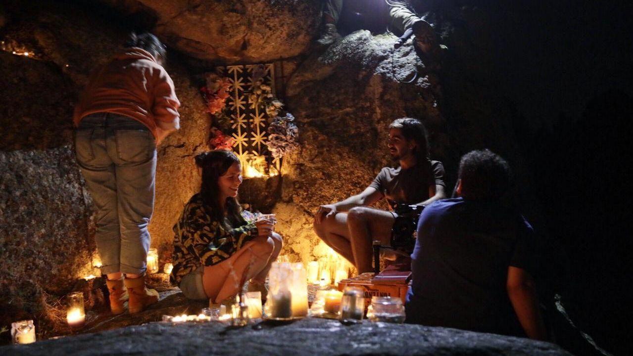 Preparativos da rodaxe dunha escena nocturna do filme no entorno do santuario de Cadeiras