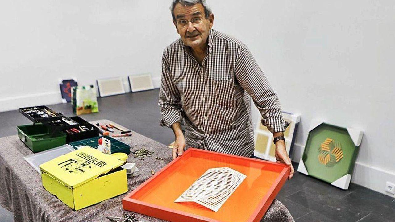 José Santamarina, con una de las obras de la exposición