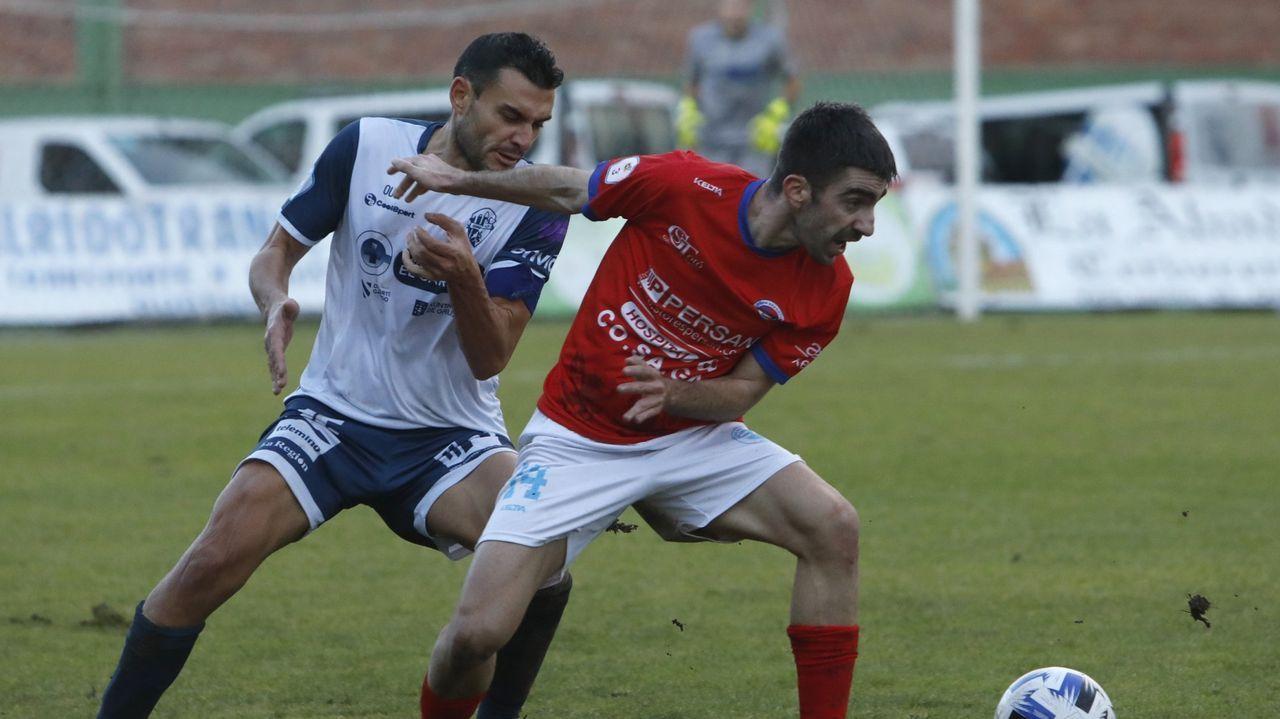 Verano de fútbol en la UD Ourense.Varo, uno de los destacados del partido, intenta llevarse un balón ante Xoel, del Atios