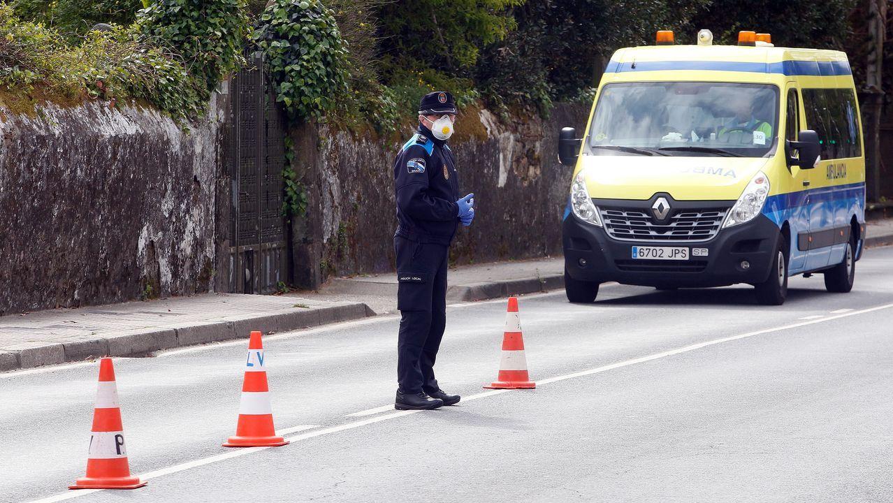 Personal sanitario de la ambulancia medicalizada del 061 durante un servicio en una calle de Pontevedra