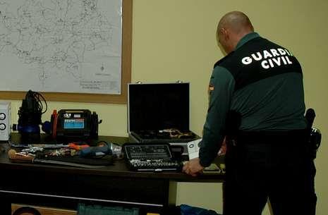 Un guardia civil, con objetos incautados que habían sido robados en Vila de Cruces.