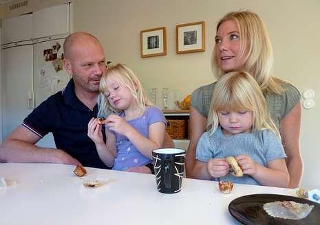 Una familia sueca en la cocina de su casa en Estocolmo.
