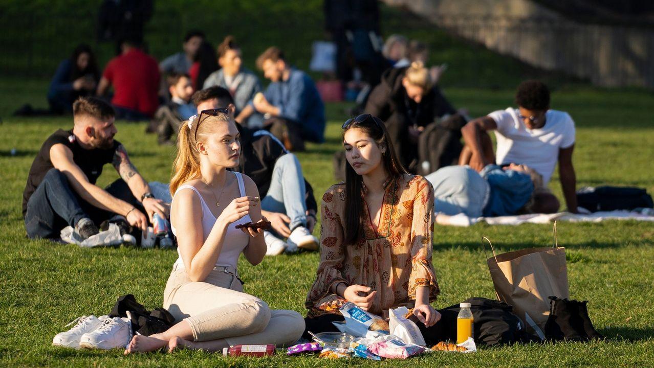 Los ingleses aprovecharon al máximo las altas temperaturas en los parques e incluso tomando el sol en las playas