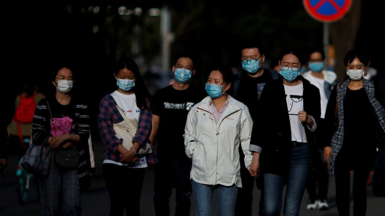 Los «cazafantasmas» del virus desinfectan por el mundo.Foto de ciudadanos chinos caminando por Pekín