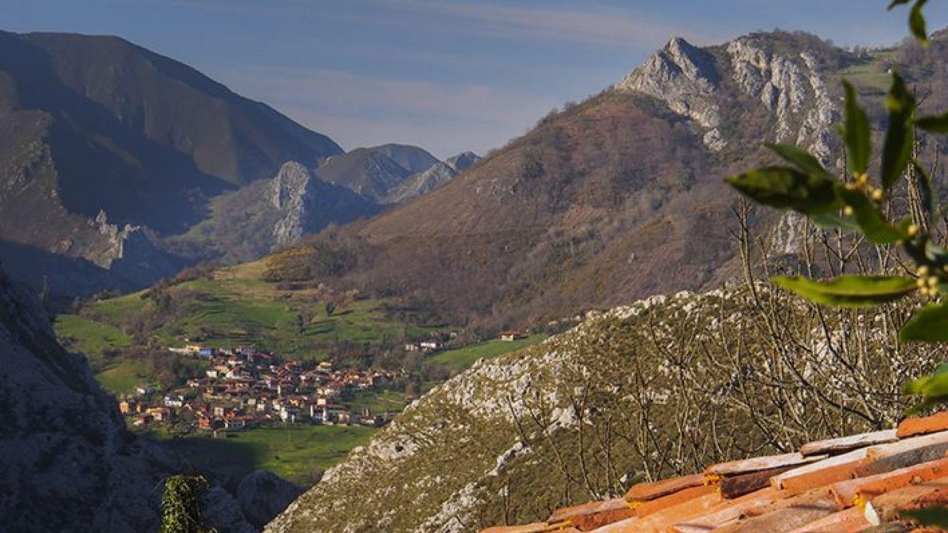 Vista general de Sames, en Amieva, desde Argolibio