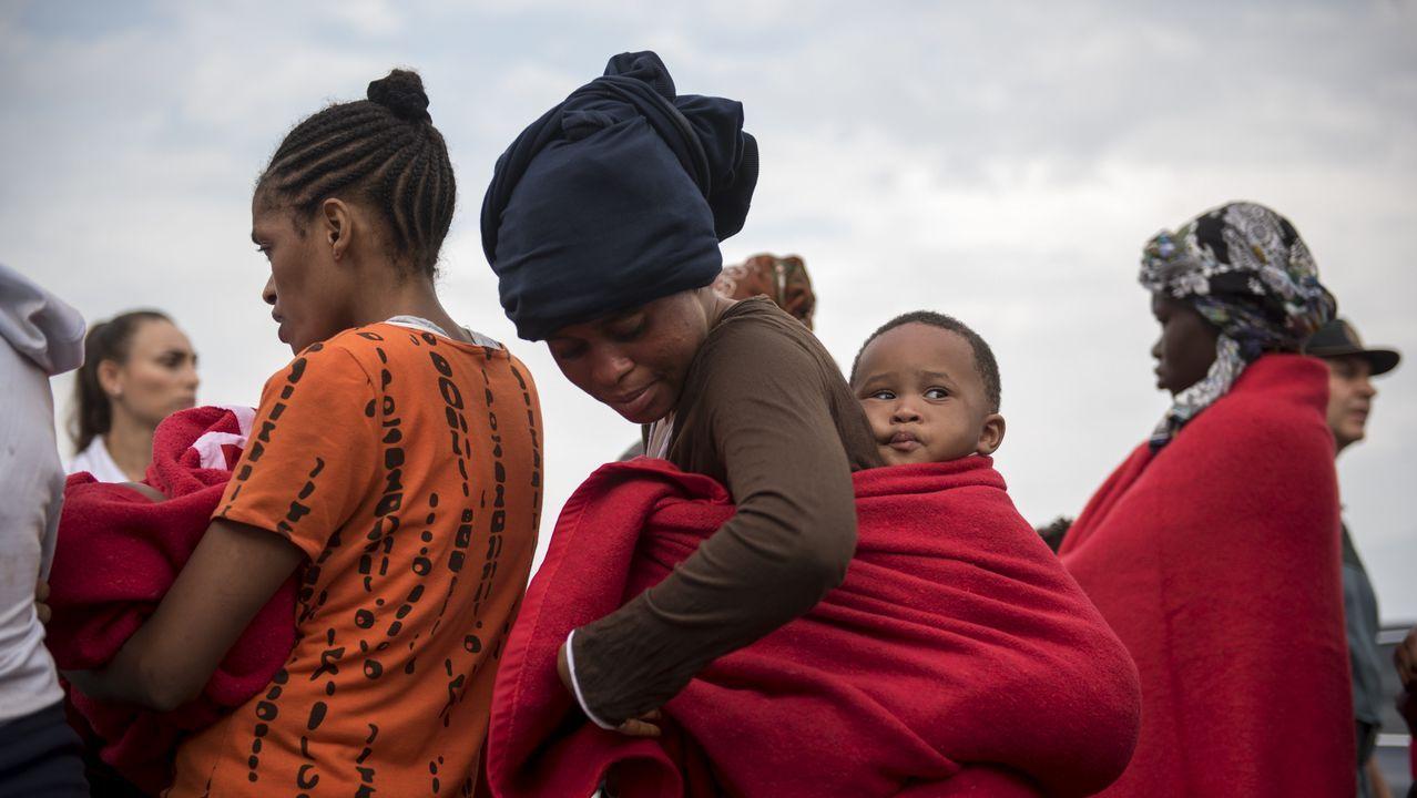 Inmigrantes en el puerto granadino de Motril tras ser rescatadas en el mar de Alborán
