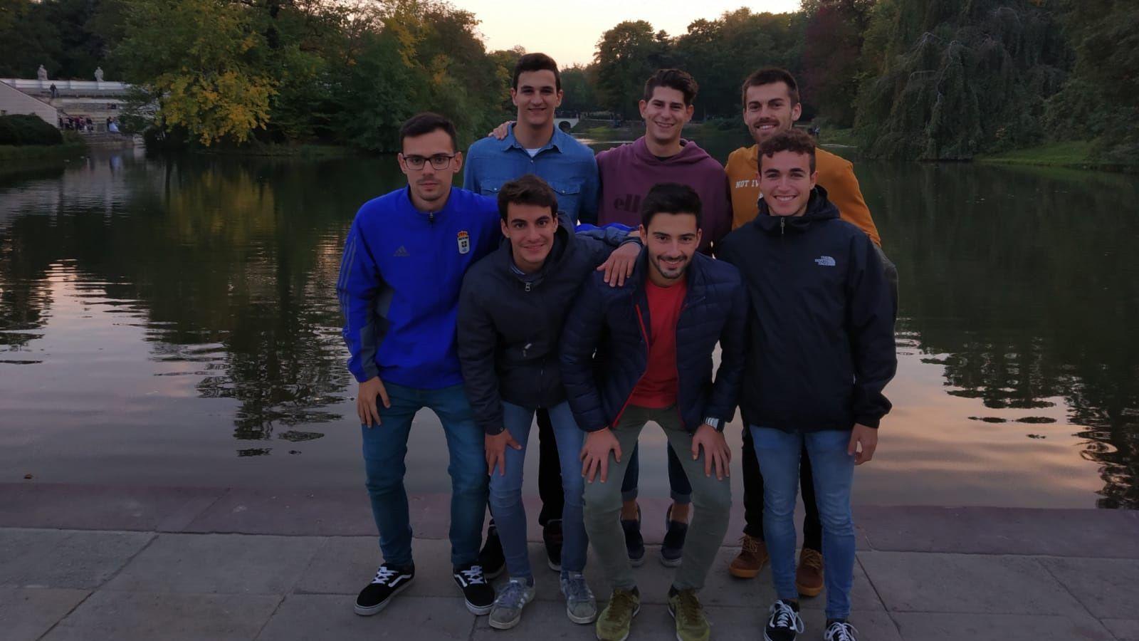 Carlos Castaño (en el medio de la foto en la fila de arriba) junto a más Erasmus españoles en el parque Lazienki de Varsovia