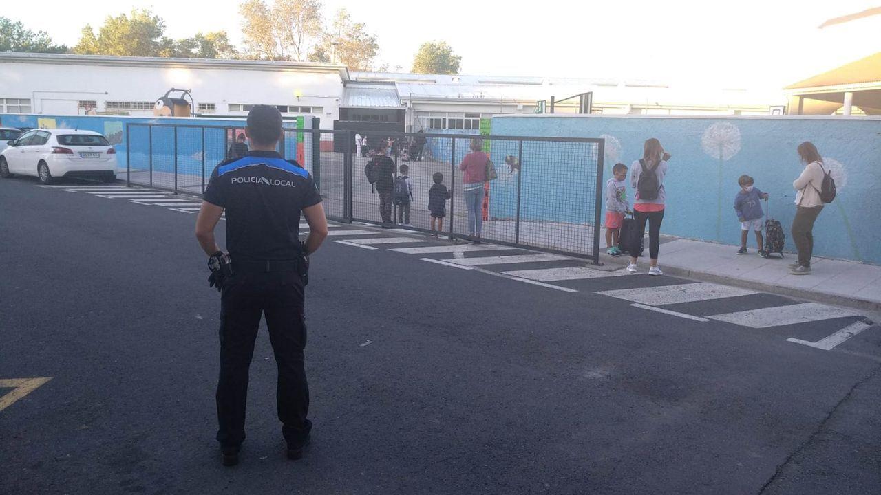La Policía Local de Cedeira vigila la entrada del CEIP Nicolás del Río, ayer por la mañana
