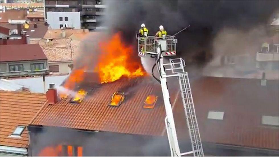 Bomberos ante el incendio de la calle Uría, en Oviedo