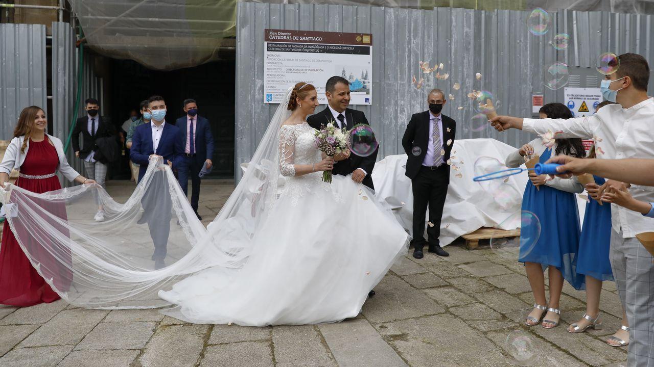 El Servicio de Medios Aéreos de la Policía se despliega en Santiago.Sara y Sergio, a la salida de su boda en la capilla de la Corticela.