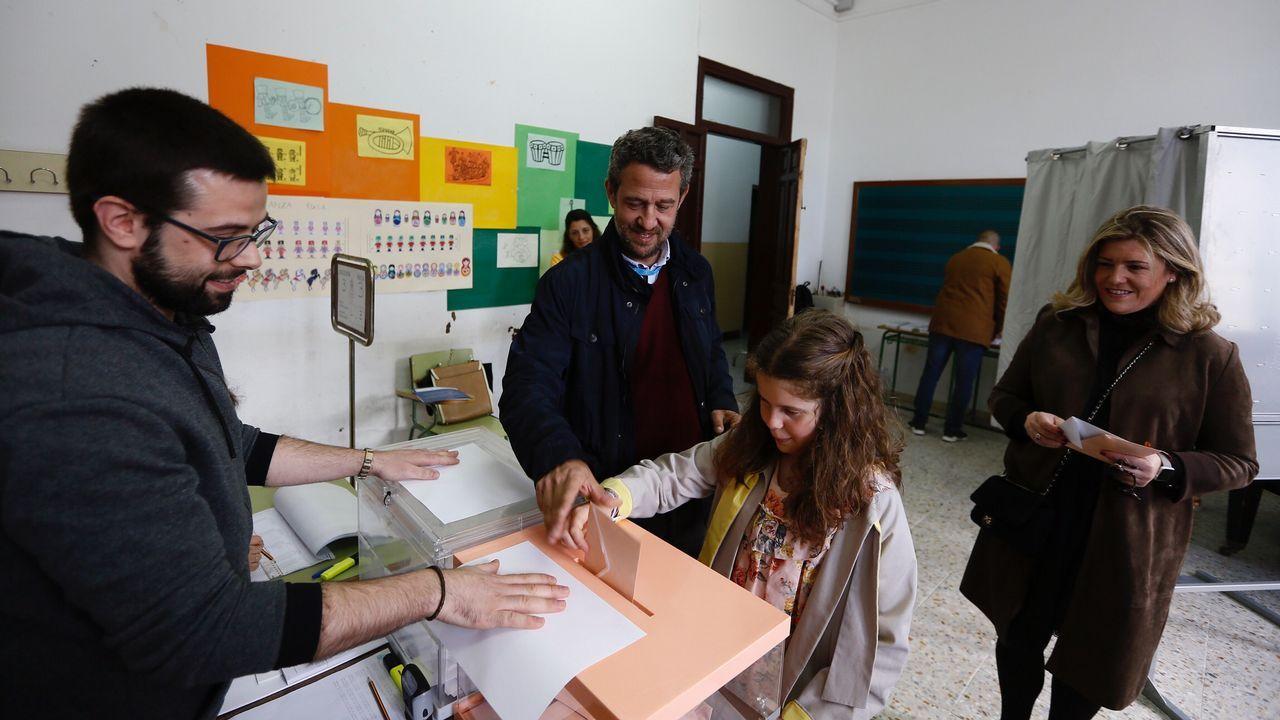 El candidato de PP, Jaime de Olano, votando con su familia en Viveiro