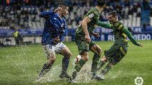Saúl Berjón disputa un balón en el Real Oviedo-UD Las Palmas