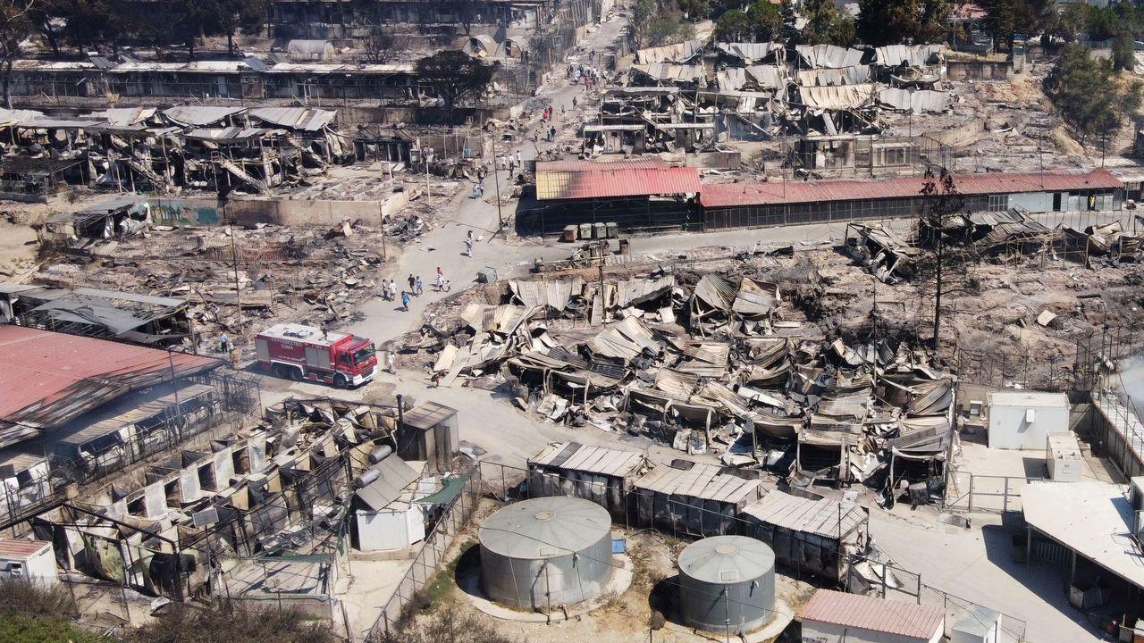 Vista aérea del campo de Moria arrasado por el fuego