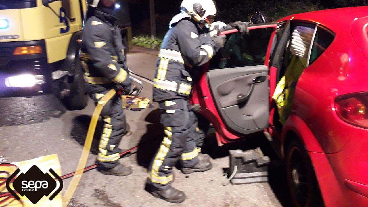 Asturias, coronavirus.Los bomberos excarcelan a un fallecido en un coche
