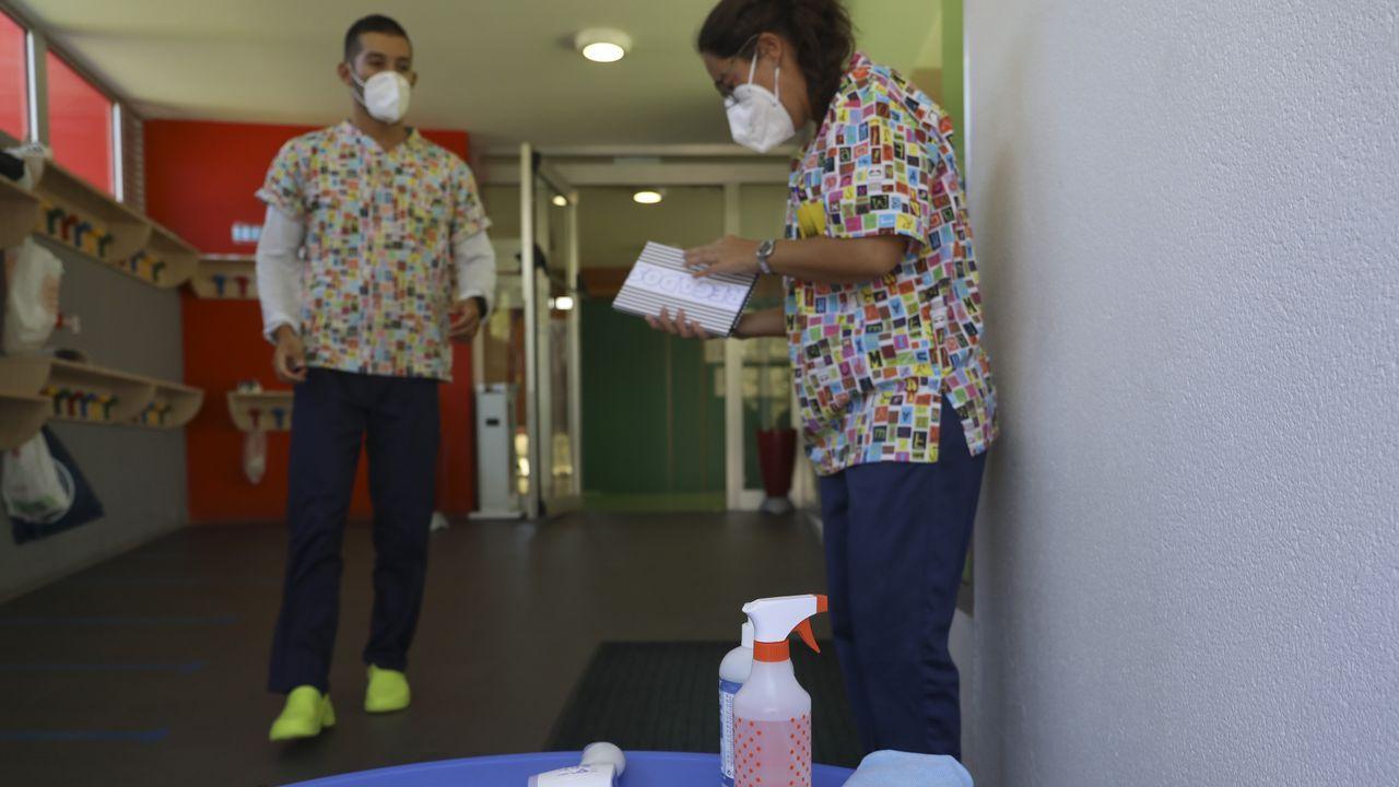Material de desinfección preparado en la escuela compostelana de Salgueiriños