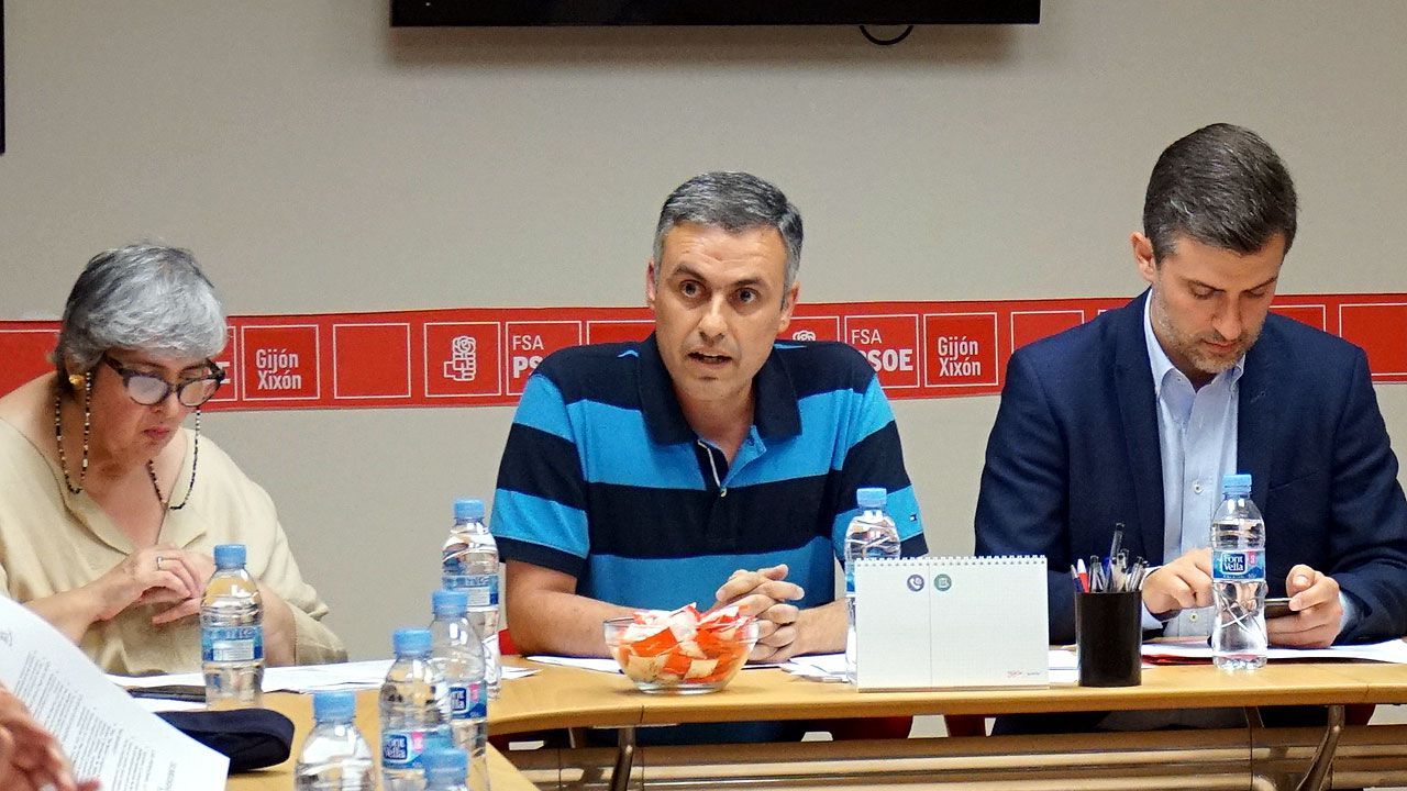 Los Locos esperan sitio en el callejero de Gijón.Iván Fernández Ardura, entre Dulce Gallego y José María Pérez, durante la reunión para debatir la moción de censura con XsP e IU en la Casa del Pueblo