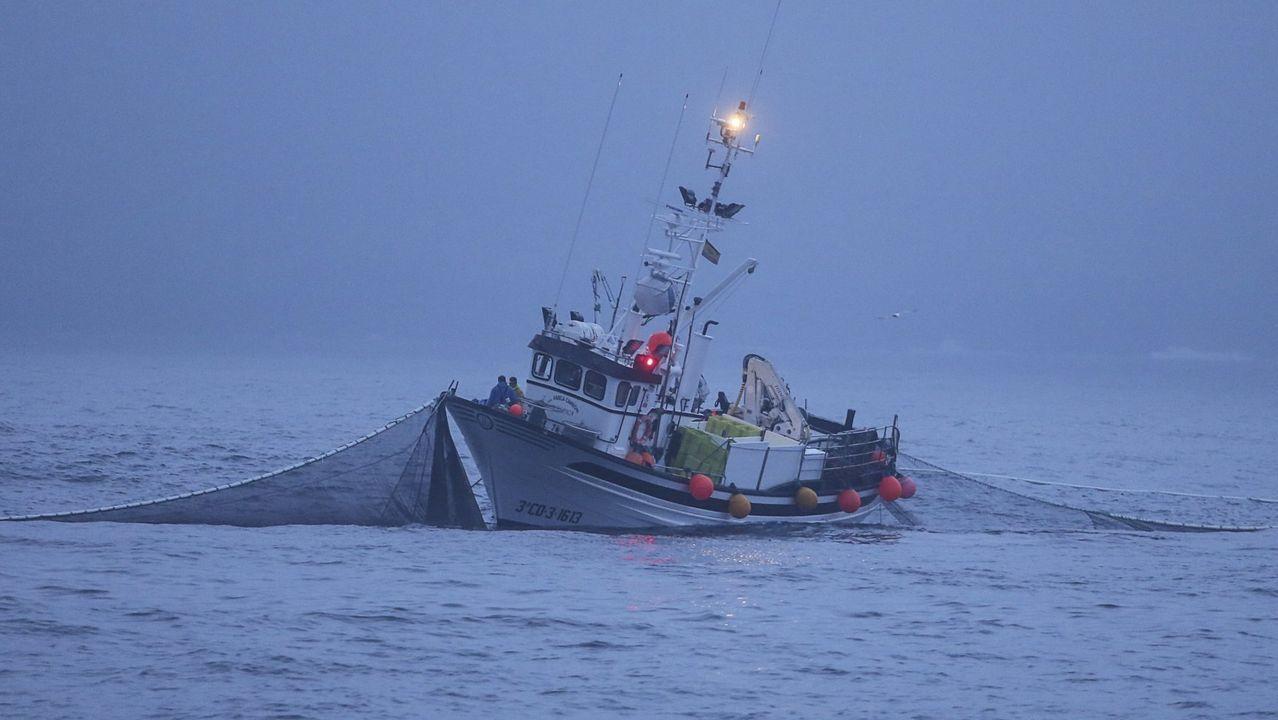Imagen de archivo de un pesquero gallego faenando en la Costa da Morte