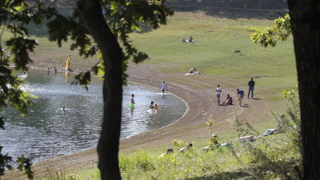 La estampa de este verano. Como se ve en esta foto de julio, mucha gente eligió este verano el embalse de Vilasouto como zona de baño