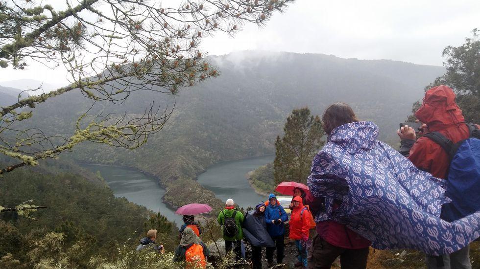 Miembros del club Montañeiros Celtas en un reciente recorrido frente al meandro de A Cubela, en Ribas de Sil, uno de los parajes integrados en el geoparque Montañas do Courel