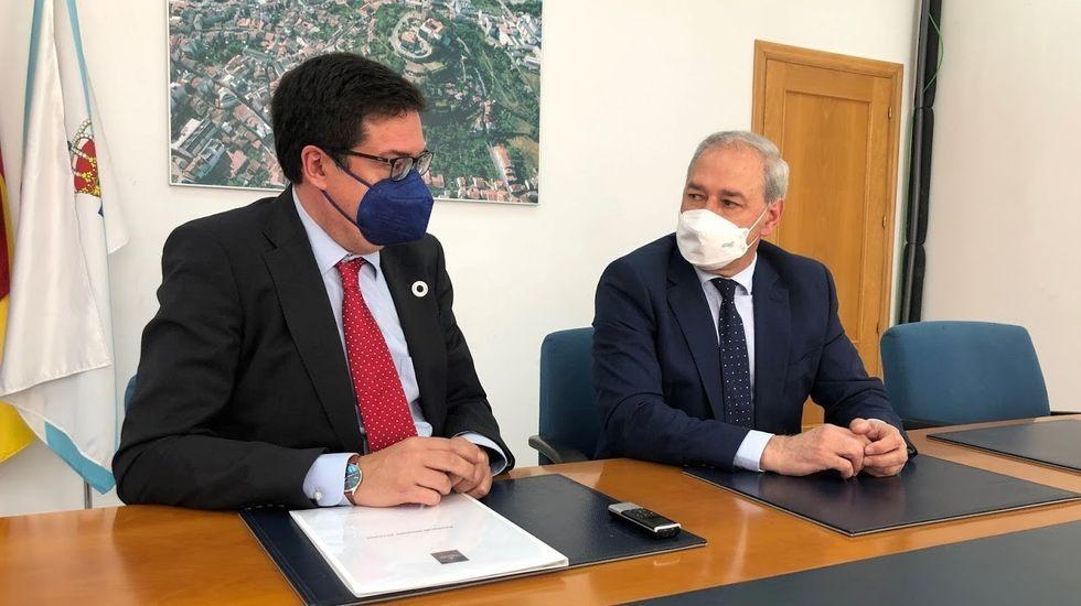 El presidente de Paradores, a la izquierda, y el alcalde de Monforte, en la rueda de prensa posterior a su reunión