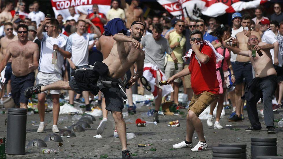 Las tremendas imágenes que grabó un hooligan ruso durante la pelea.Hinchas del Galatasaray apedrean un autobús de aficionados del Besiktas