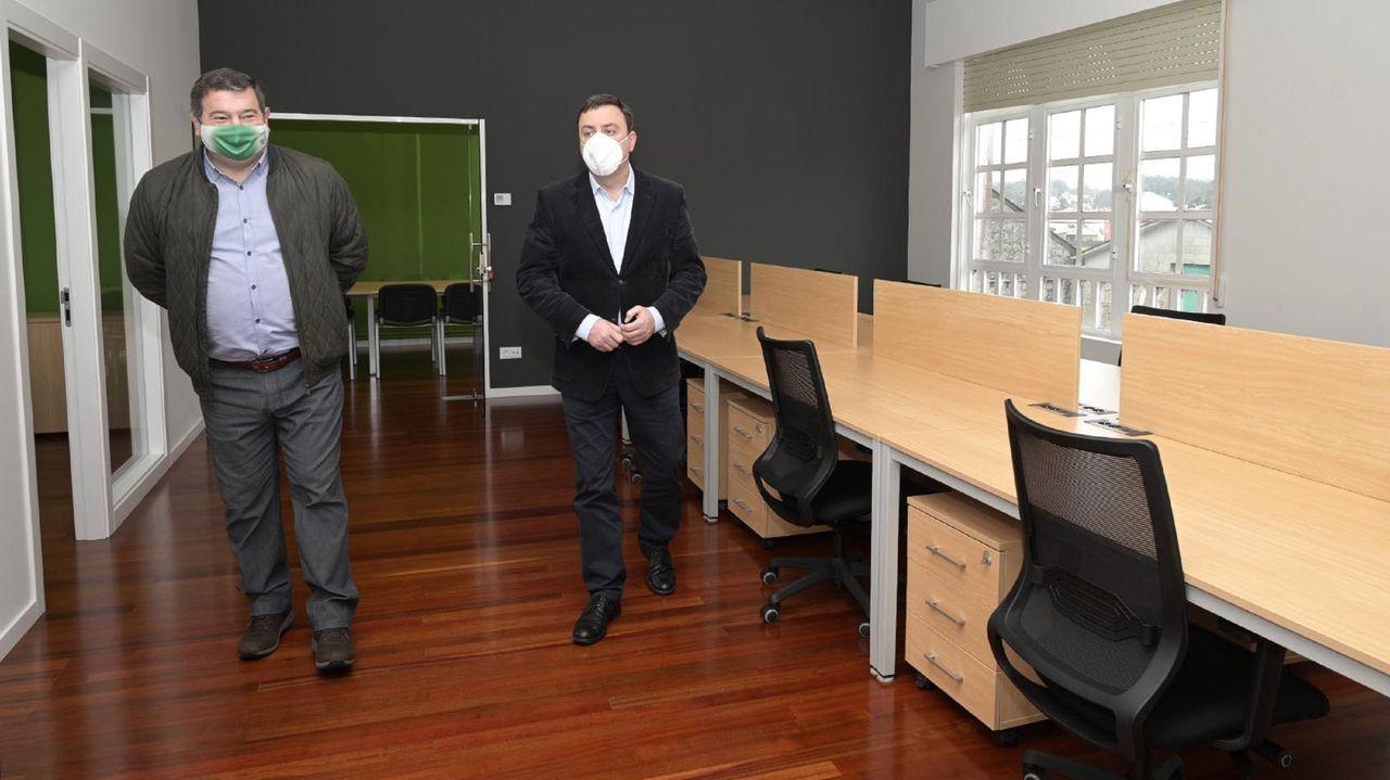 Marea lila en Ferrol.El alcalde de A Capela y el presidente de la Diputación, ayer en las nuevas instalaciones, en la planta baja del antiguo centro de salud