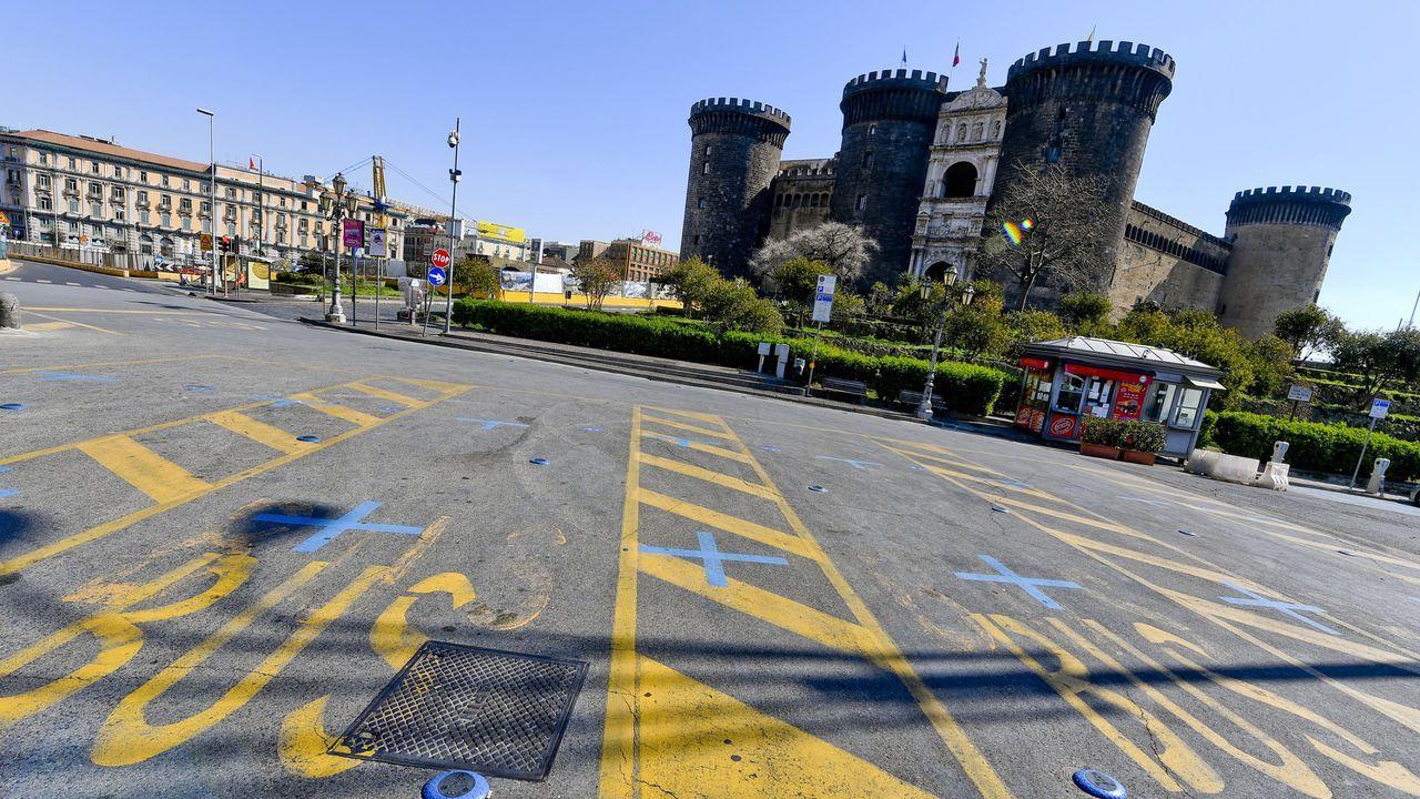 Piazza Municipio en Nápoles, en el lugar en donde aparcan normalmente los autobuses turísticos de la ciudad.