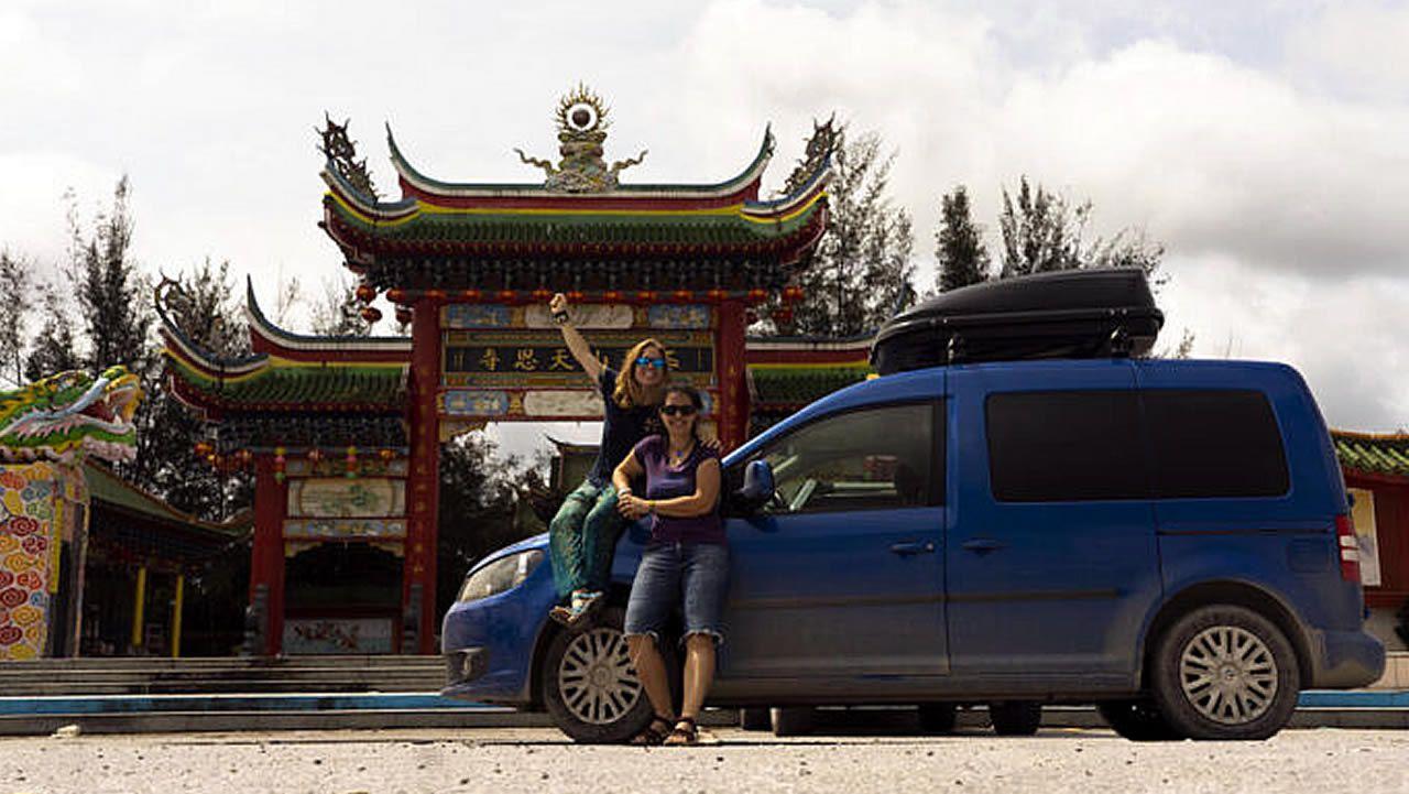 Laura Cañal y Maria Rodríguez junto a su furgoneta por Indonesia