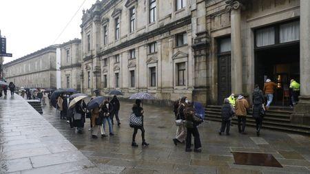 Vigilantes en la entrada para evitar aglomeraciones y trece aulas en un examen de Medicina