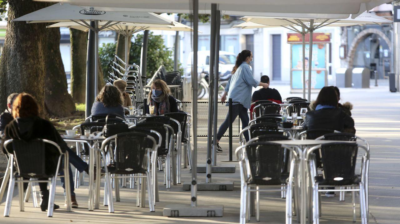 El buen tiempo llenó las terrazas de la plaza de Amboage al mediodía