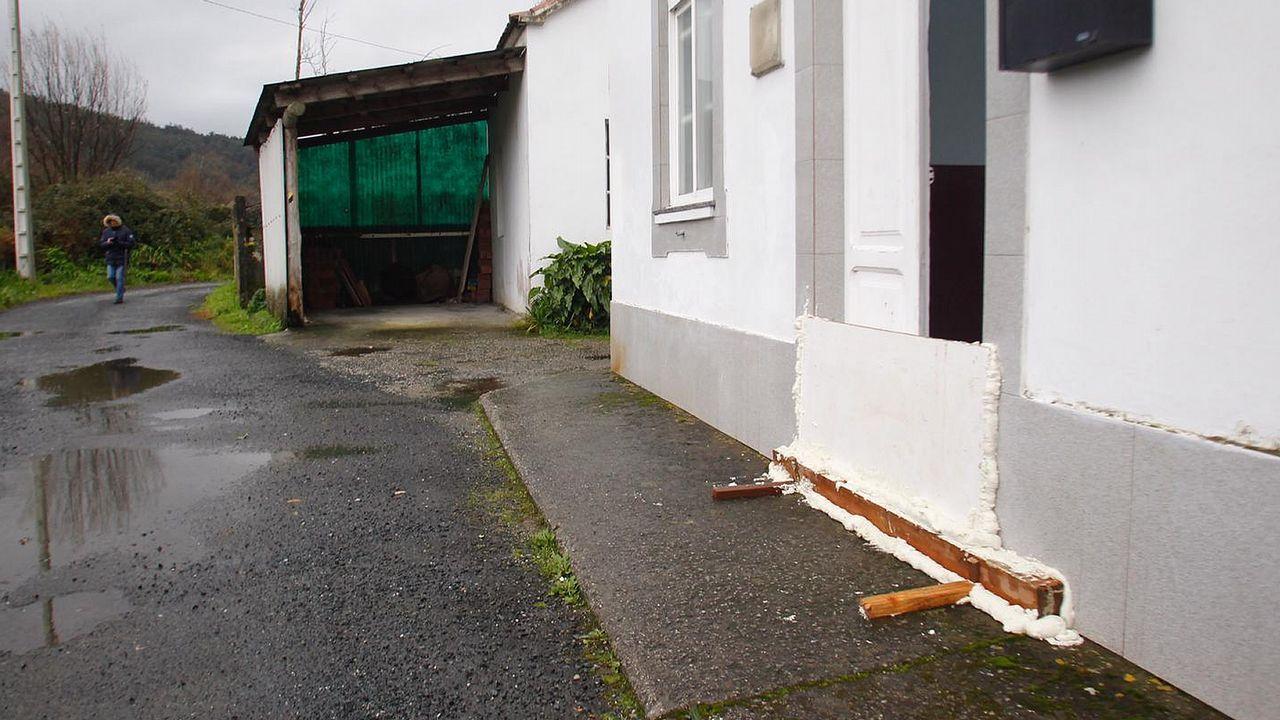 Sellan la puerta de una vivienda en Neda ante la posible crecida del río Belelle