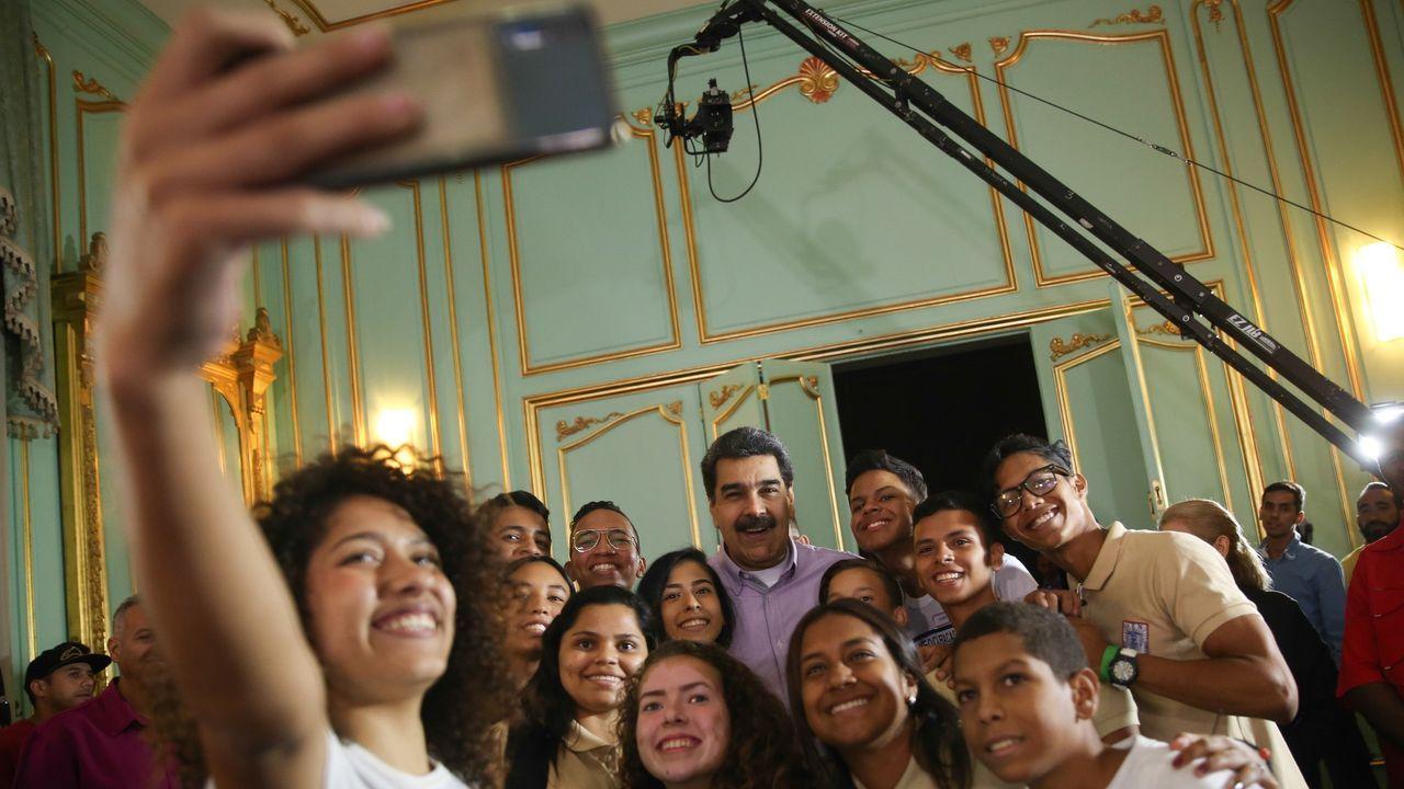 El presidente ecuatoriano, Lenín Moreno (c sentado), quien se dirige acompañado por el vicepresidente, Otto Sonneholzner (i); y el ministro de Defensa, Oswaldo Jarrín (d), en el mensaje a la nación en el que comunican el traslado a Guayaquyil
