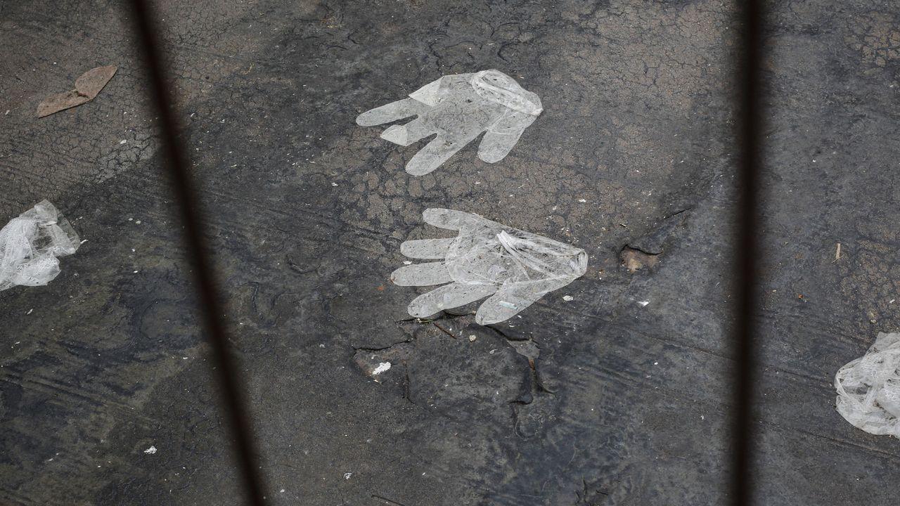 Los guantes que usamos para protegernos al hacer la compra terminan en cunetas y solares.