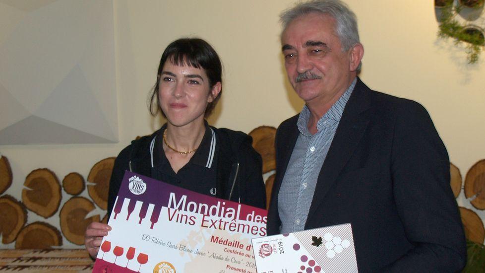 El alcalde de Chantada entrega el premio a Paloma Rodríguez, de Abadía da Cova