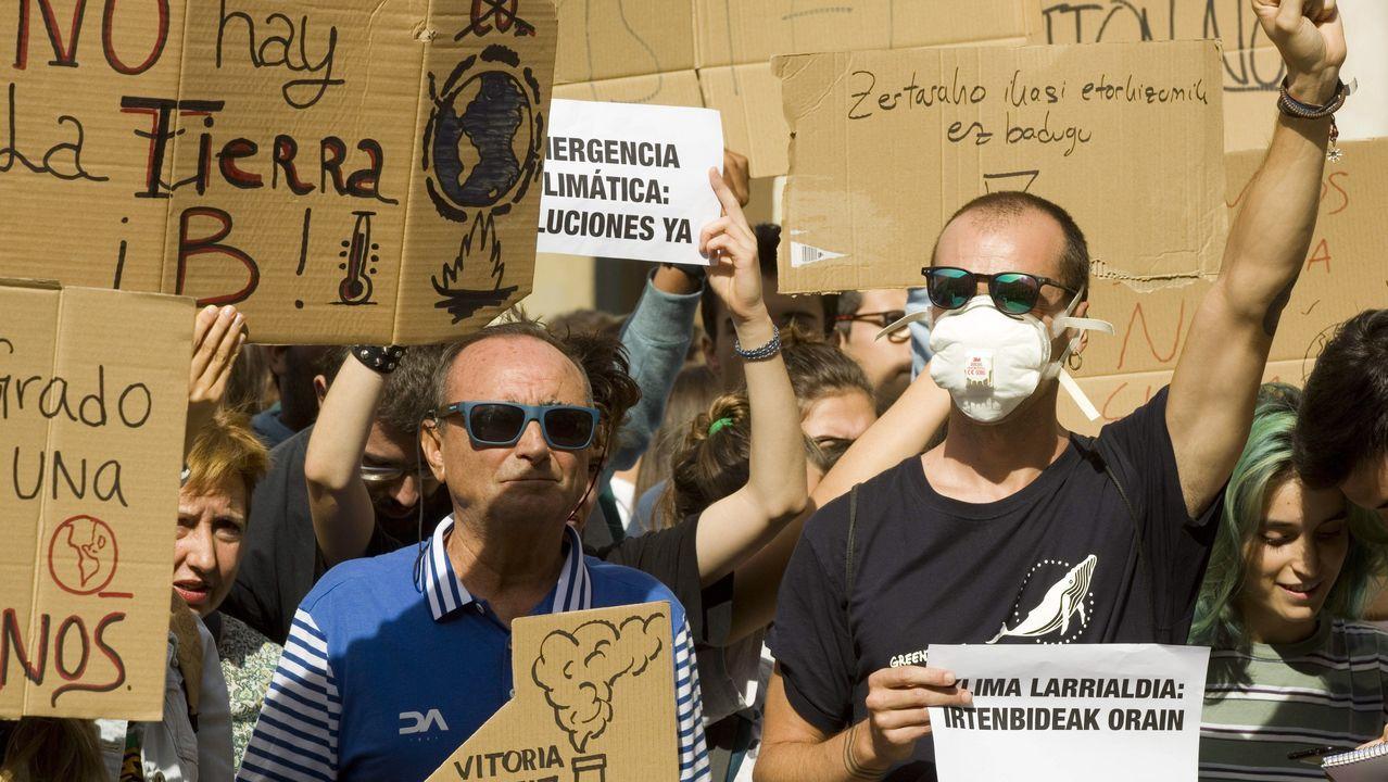 Cientos de personas participan este viernes en una concentración convocada en Vitoria por diversos colectivos sociales con motivo de la «Huelga Mundial por el Clima»