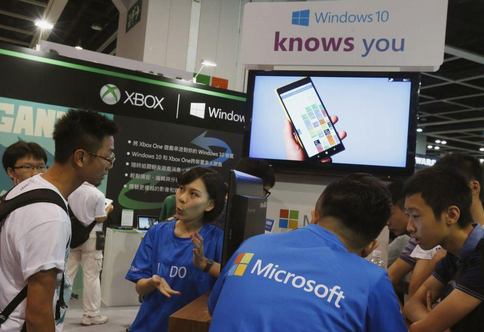 whatsapp.Representantes de Microsoft promocionan Windows 10 en una feria de juegos en Hong Kong.
