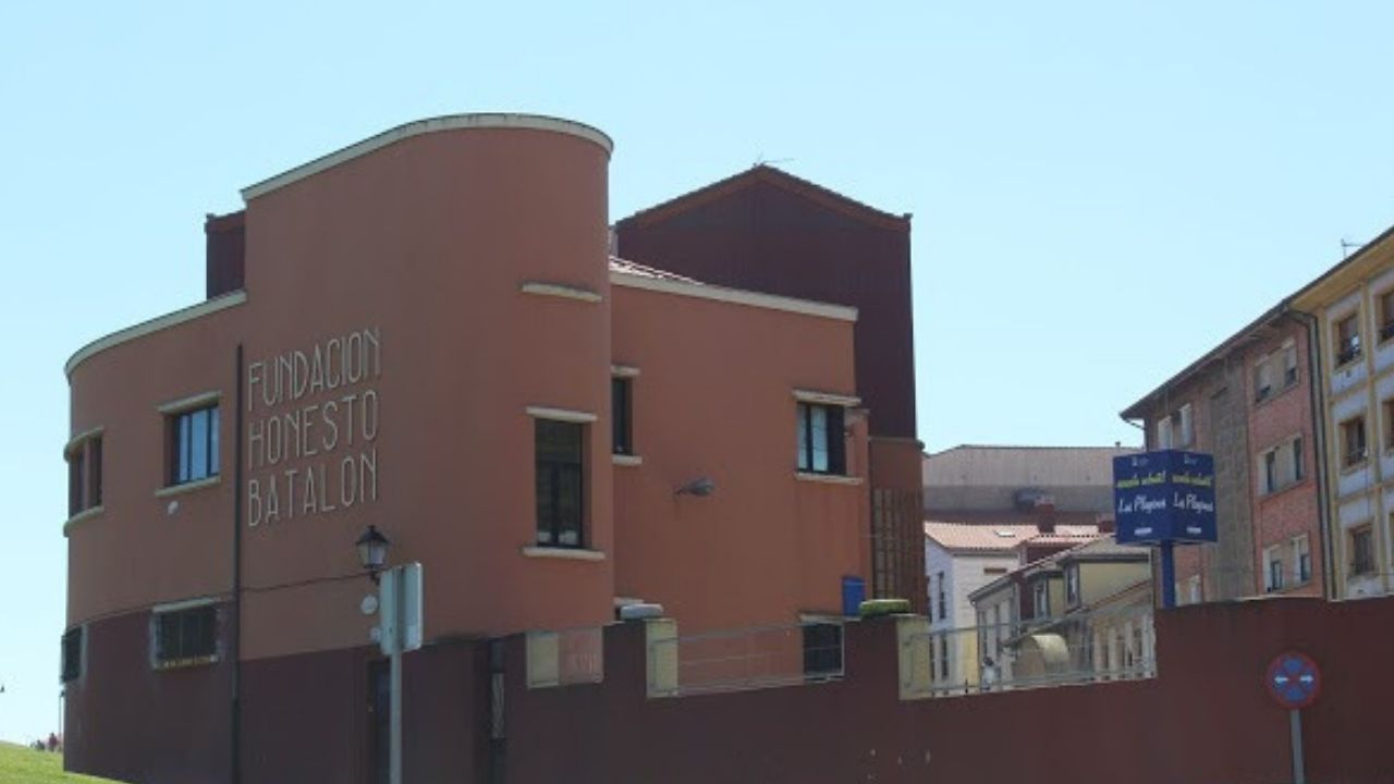 Una de la zona de la ORA en Gijón.El colegio público Honesto Batalón