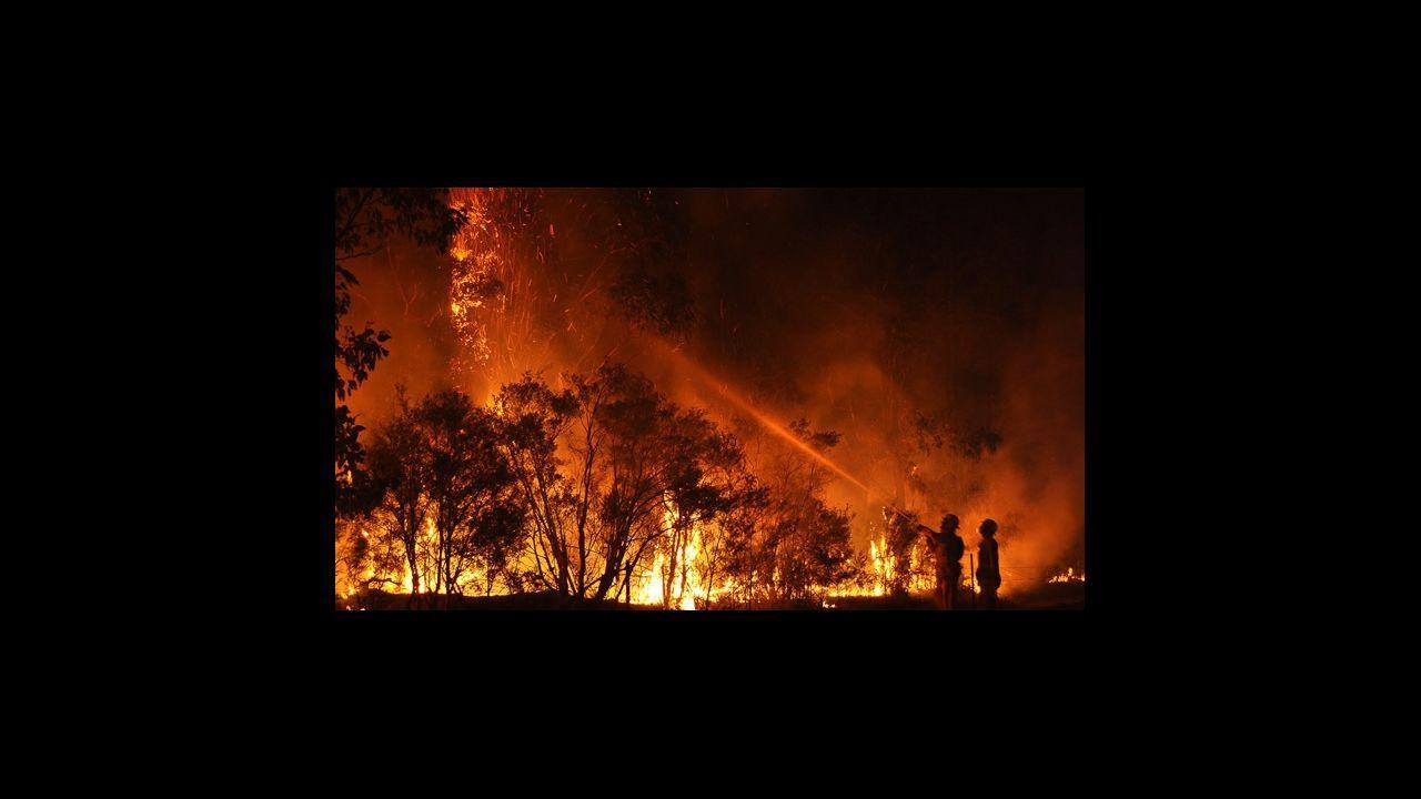 Bombero en el lugar del incendio, en Tapia de Casariego