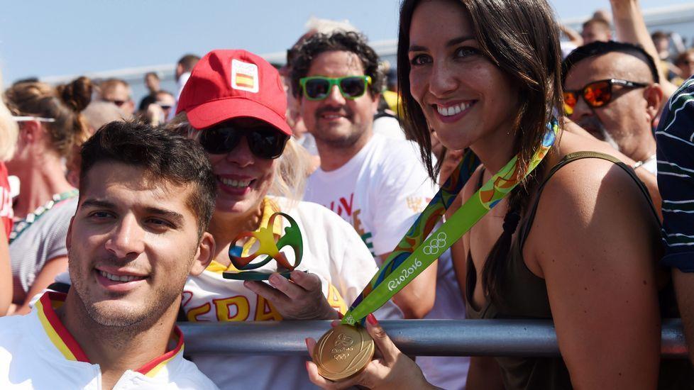 Toro junto a su novia con la medalla de oro.