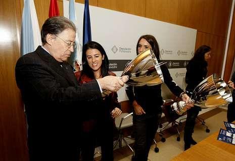 La sonrisa de Nolito con la selección.Antonio Rosendo, consejero del Celta, con el trofeo, junto a Lupe Murillo y Begoña Estévez.