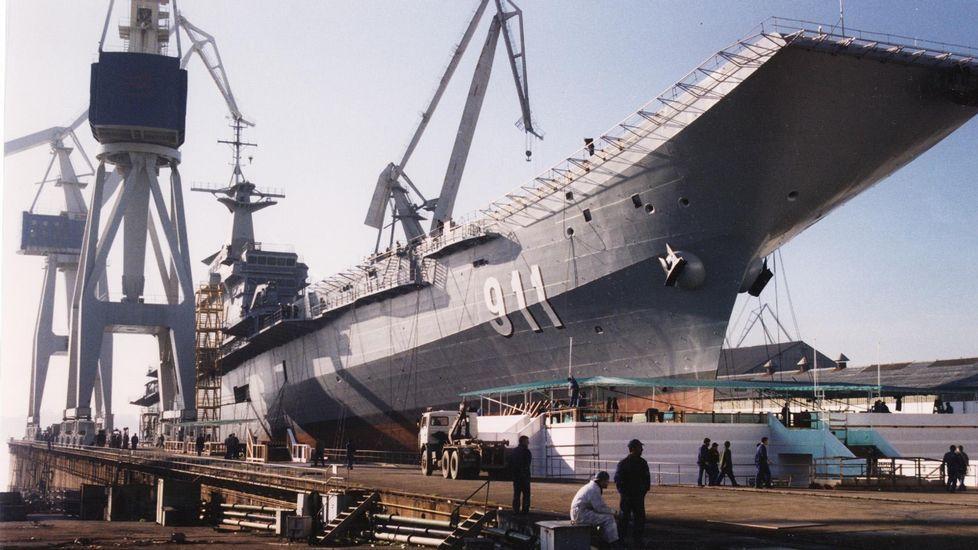 Construcción del portaaviones en la factoría de Bazán, en enero de 1996