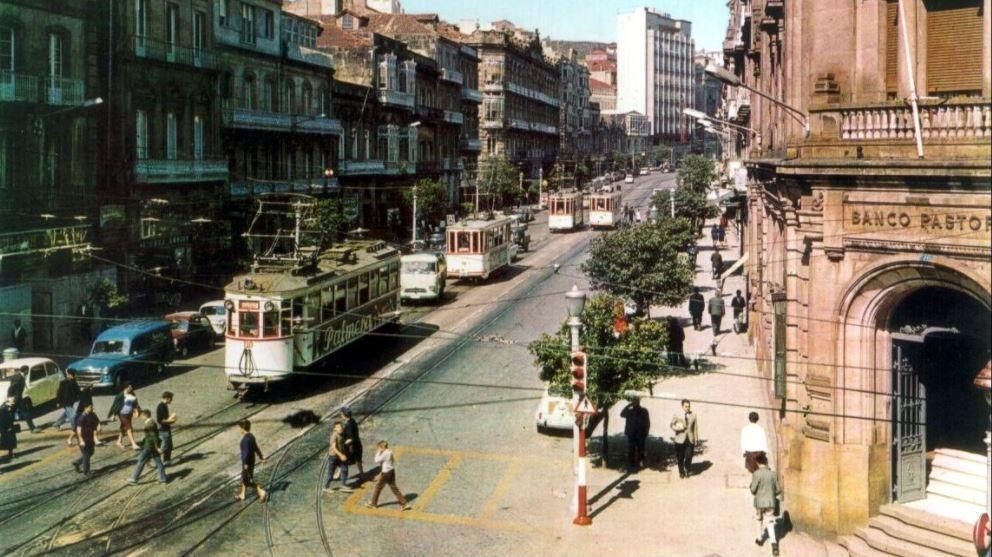 Galicia pierde el tren del tranvía.Un autobús de transporte metropolitano, ayer, en el polígono de Novo Milladoiro