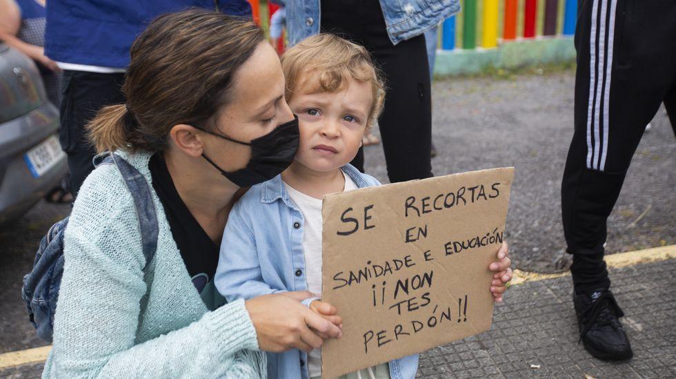 Las imágenes de la concentración ante el colegio de Sardiñeiro.Una terraza en Cee, este lunes