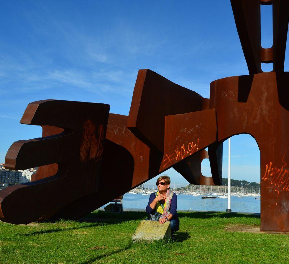 Á esquerda, a artista o día que recolleu o Sereo da Cultura Galega, concedido por Barbantia. Arriba, cunha das súas esculturas de maior envergadura, en Baiona.