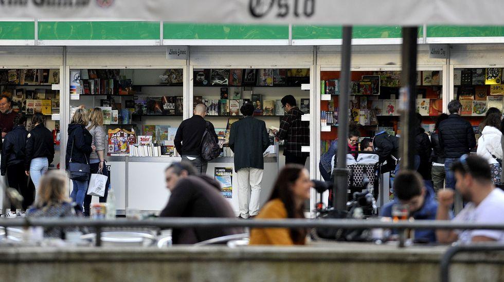 Letizia, con el bolso de Bruno Prieto, en la Feria del Libro de Madrid.ino.