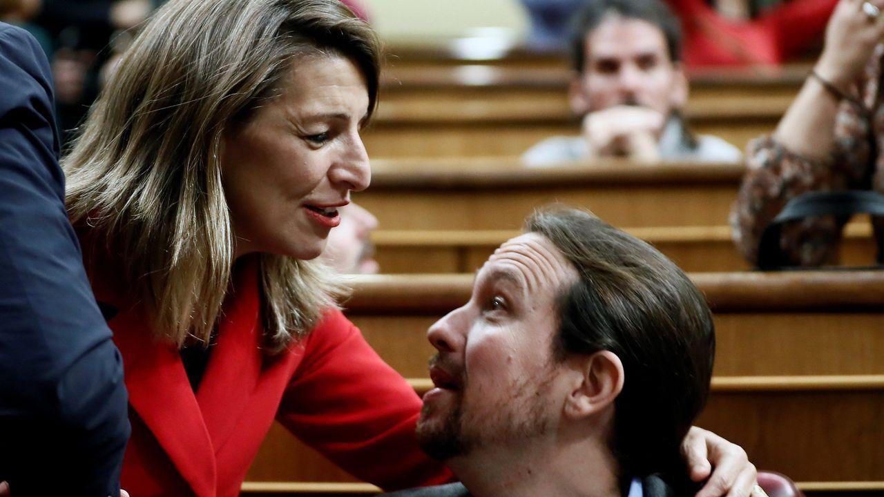La gallega Yolanda Díaz, que todo indica que será ministra de Empleo, saludando a Pablo Iglesias