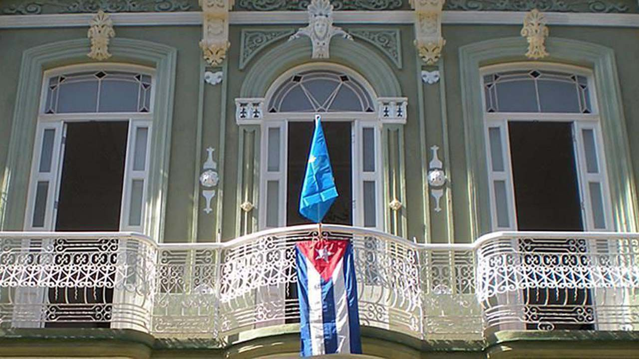 Casa colonial en La Habana con las banderas de Cuba y Asturias en su balcón