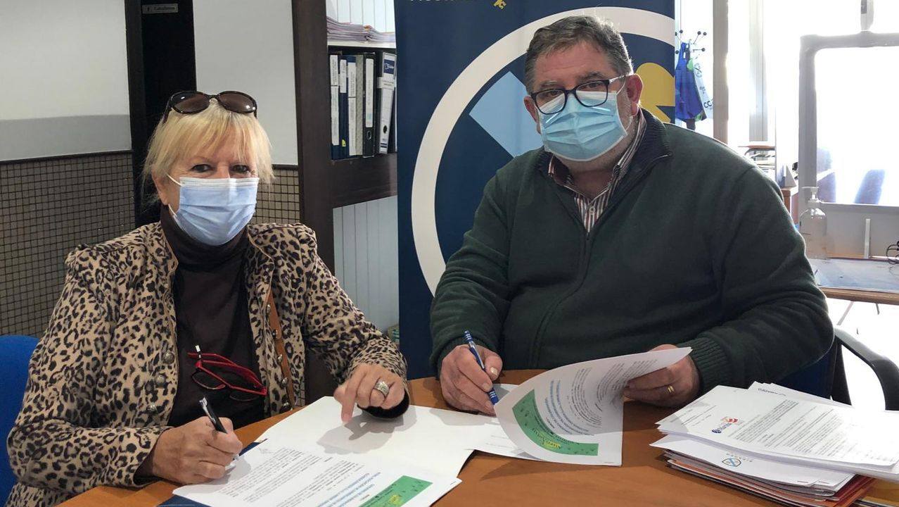 A la derecha, el presidente de Acisa, firmando un convenio